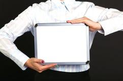 Ευτυχής επιχειρηματίας που στέκεται με το lap-top που απομονώνεται σε ένα μαύρο υπόβαθρο Στοκ εικόνα με δικαίωμα ελεύθερης χρήσης