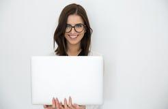 Ευτυχής επιχειρηματίας που στέκεται με το lap-top Στοκ εικόνα με δικαίωμα ελεύθερης χρήσης