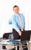 Ευτυχής επιχειρηματίας που στέκεται στην αρχή Στοκ φωτογραφίες με δικαίωμα ελεύθερης χρήσης