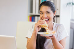 Ευτυχής επιχειρηματίας που τρώει το σάντουιτς Στοκ εικόνες με δικαίωμα ελεύθερης χρήσης