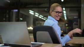 Ευτυχής επιχειρηματίας που χαίρεται το επιτυχές ξεκίνημα, κάθισμα στην αρχή τη νύχτα φιλμ μικρού μήκους