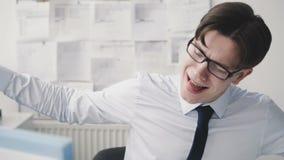 Ευτυχής επιχειρηματίας που χορεύει και που έχει μια διασκέδαση στη θέση εργασίας 4K απόθεμα βίντεο