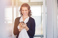 Ευτυχής επιχειρηματίας που χρησιμοποιεί το τηλέφωνο Στοκ Φωτογραφία