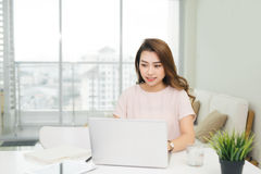 Ευτυχής επιχειρηματίας που χρησιμοποιεί το lap-top στον εργασιακό χώρο στην αρχή Στοκ Φωτογραφίες