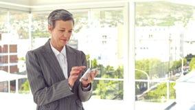Ευτυχής επιχειρηματίας που χρησιμοποιεί το smartphone της φιλμ μικρού μήκους