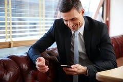 Ευτυχής επιχειρηματίας που χρησιμοποιεί το smartphone Στοκ εικόνα με δικαίωμα ελεύθερης χρήσης