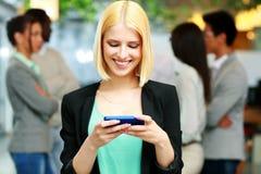 Ευτυχής επιχειρηματίας που χρησιμοποιεί το smartphone Στοκ φωτογραφία με δικαίωμα ελεύθερης χρήσης