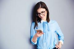 Ευτυχής επιχειρηματίας που χρησιμοποιεί το smartphone Στοκ εικόνες με δικαίωμα ελεύθερης χρήσης