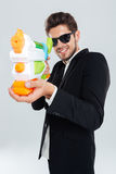 Ευτυχής επιχειρηματίας στα γυαλιά ηλίου και πυροβολισμός κοστουμιών με το πυροβόλο όπλο νερού Στοκ Εικόνες