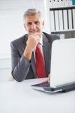 Ευτυχής επιχειρηματίας στο γραφείο του Στοκ Εικόνες