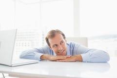 Ευτυχής επιχειρηματίας στο γραφείο του Στοκ φωτογραφίες με δικαίωμα ελεύθερης χρήσης