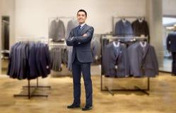 Ευτυχής επιχειρηματίας στο κοστούμι πέρα από το κατάστημα ιματισμού Στοκ εικόνες με δικαίωμα ελεύθερης χρήσης