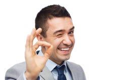 Ευτυχής επιχειρηματίας στο κοστούμι που παρουσιάζει εντάξει σημάδι χεριών Στοκ φωτογραφία με δικαίωμα ελεύθερης χρήσης