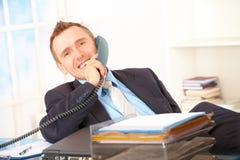 Ευτυχής επιχειρηματίας στο τηλέφωνο Στοκ φωτογραφία με δικαίωμα ελεύθερης χρήσης