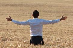 Ευτυχής επιχειρηματίας υπαίθριος στη φύση Στοκ φωτογραφία με δικαίωμα ελεύθερης χρήσης