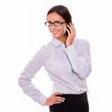 Ευτυχής επιχειρηματίας brunette με το τηλέφωνο κυττάρων Στοκ Εικόνες