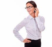 Ευτυχής επιχειρηματίας brunette με το τηλέφωνο κυττάρων Στοκ φωτογραφία με δικαίωμα ελεύθερης χρήσης