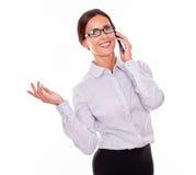Ευτυχής επιχειρηματίας brunette με το τηλέφωνο κυττάρων Στοκ Εικόνα