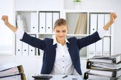 Ευτυχής επιχειρησιακή γυναίκα ή θηλυκός λογιστής που έχει μερικά πρακτικά για τον καφέ και την ευχαρίστηση στη θέση εργασίας Στοκ Φωτογραφίες