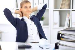 Ευτυχής επιχειρησιακή γυναίκα ή θηλυκός λογιστής που έχει μερικά πρακτικά για τον καφέ και την ευχαρίστηση στη θέση εργασίας Στοκ εικόνες με δικαίωμα ελεύθερης χρήσης