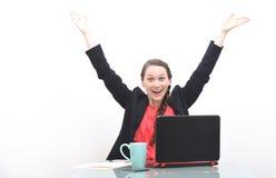 Ευτυχής επιχειρησιακή γυναίκα με τα χέρια που αυξάνονται στον αέρα Στοκ Φωτογραφίες
