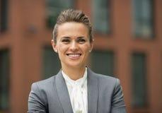 Ευτυχής επιχειρησιακή γυναίκα μπροστά από το κτίριο γραφείων Στοκ φωτογραφίες με δικαίωμα ελεύθερης χρήσης