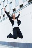 Ευτυχής επιχειρησιακή γυναίκα που πηδά Στοκ φωτογραφία με δικαίωμα ελεύθερης χρήσης