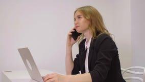 Ευτυχής επιχειρησιακή γυναίκα που χρησιμοποιεί το κινητό τηλέφωνο για την επιχειρησιακή συνομιλία στην αρχή απόθεμα βίντεο