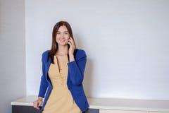 Ευτυχής επιχειρησιακή γυναίκα στα περιστασιακά ενδύματα που καλεί το τηλέφωνο στην αρχή Στοκ Φωτογραφίες