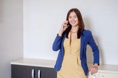 Ευτυχής επιχειρησιακή γυναίκα στα περιστασιακά ενδύματα που καλεί το τηλέφωνο στην αρχή Στοκ φωτογραφία με δικαίωμα ελεύθερης χρήσης