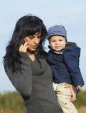 Ευτυχής επιχειρησιακή μητέρα με το μικρό παιδί Στοκ φωτογραφία με δικαίωμα ελεύθερης χρήσης