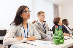 Ευτυχής επιχειρησιακή ομάδα στη Διεθνή Διάσκεψη Στοκ Εικόνα