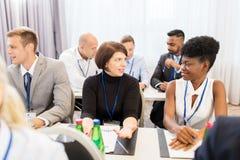 Ευτυχής επιχειρησιακή ομάδα στη Διεθνή Διάσκεψη Στοκ Φωτογραφία