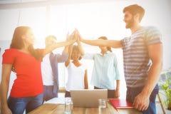Ευτυχής επιχειρησιακή ομάδα που βάζει τα χέρια τους από κοινού στοκ φωτογραφία