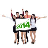 Ευτυχής επιχειρησιακή ομάδα που παρουσιάζει νέο έτος 2014 Στοκ φωτογραφίες με δικαίωμα ελεύθερης χρήσης