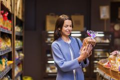 Ευτυχής επιλογή γυναικών και τρόφιμα αγοράς στην αγορά Στοκ φωτογραφία με δικαίωμα ελεύθερης χρήσης
