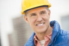 Ευτυχής εργάτης οικοδομών που κοιτάζει μακριά στοκ εικόνες