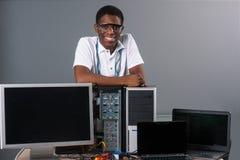 Ευτυχής εργαζόμενος με τον υπολογιστή στοκ φωτογραφία με δικαίωμα ελεύθερης χρήσης