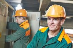 Ευτυχής εργαζόμενος μηχανικών ηλεκτρολόγων στοκ εικόνες