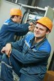 Ευτυχής εργαζόμενος μηχανικών ηλεκτρολόγων στοκ φωτογραφία