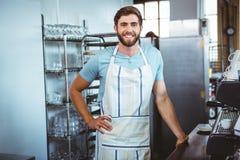 ευτυχής εργαζόμενος που κατασκευάζει τον καφέ Στοκ Φωτογραφία