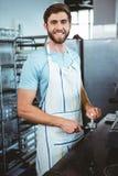 ευτυχής εργαζόμενος που κατασκευάζει τον καφέ Στοκ Φωτογραφίες