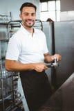 ευτυχής εργαζόμενος που κατασκευάζει τον καφέ Στοκ Εικόνες