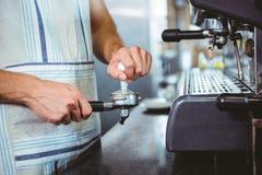 ευτυχής εργαζόμενος που κατασκευάζει τον καφέ Στοκ Εικόνα