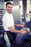 ευτυχής εργαζόμενος που κατασκευάζει τον καφέ Στοκ εικόνες με δικαίωμα ελεύθερης χρήσης