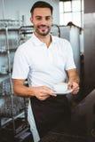 ευτυχής εργαζόμενος που κατασκευάζει τον καφέ Στοκ φωτογραφίες με δικαίωμα ελεύθερης χρήσης