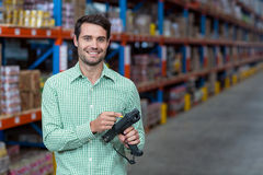 Ευτυχής εργαζόμενος που κρατά ένα εργαλείο και ένα χαμόγελο Στοκ φωτογραφίες με δικαίωμα ελεύθερης χρήσης