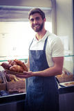 ευτυχής εργαζόμενος που κρατά ένα καλάθι croissant Στοκ Φωτογραφίες