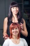 ευτυχής εργασία γυναικών στιλίστων σαλονιών τριχώματος στοκ εικόνες με δικαίωμα ελεύθερης χρήσης