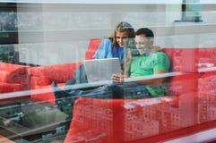 Ευτυχής εργασία ζευγών για το lap-top στο σπίτι στοκ φωτογραφίες με δικαίωμα ελεύθερης χρήσης